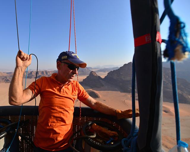 El piloto de nuestro vuelo por Wadi Rum moviendo los timones