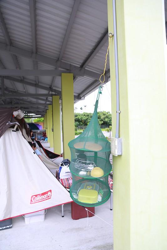 每個營位旁有一個掛網袋用的勾子