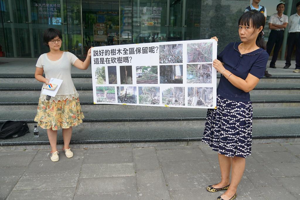 文史團體在文化部前展示本月初拆除工程的對瓶蓋工廠廠區的破壞。(攝影:王顥中)