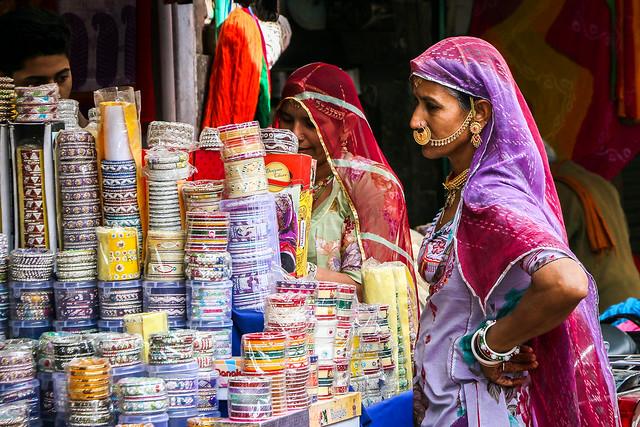 Women selecting bangles in the bazaar, Jodhpur, India ジョードプル サダル・バザールでバングルを物色中の女性たち