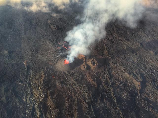 Le Piton de la Fournaise en erupción (desde un helicóptero)