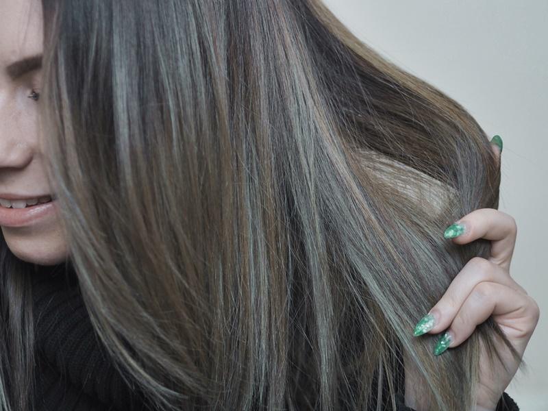 dark hair tummat hiukset vaaleilla raidoilla