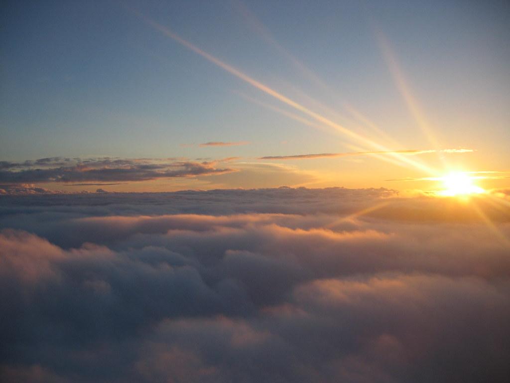 Sonnenuntergang über den Wolken | Kurz nach dem Start in ...