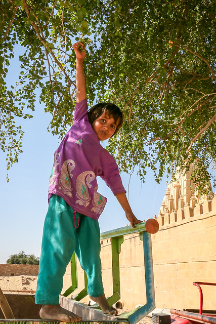 Lovely girl trying to catch a fruit, Lodurva Jain temple, Jaisalmer, India ジャイサルメール ロアーバのジャイナ教寺院外で何かの果物を取る少女