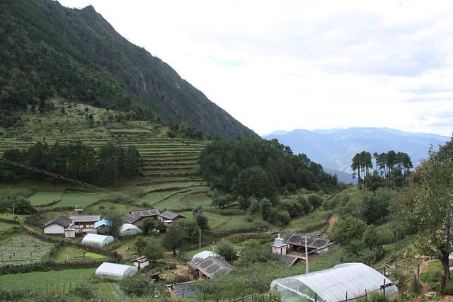 位於古帕覺和阿則雄吉古兩山的山坳處的波多羅村,卻要歷經三種交通工具才能抵達