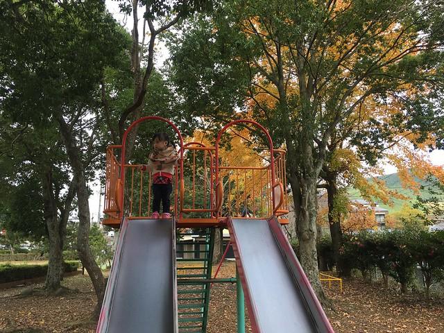 在由布院中央兒童公園玩溜滑梯