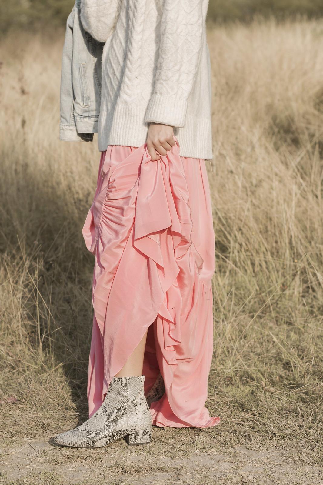 De rosa y con suéter en Odd Catrina