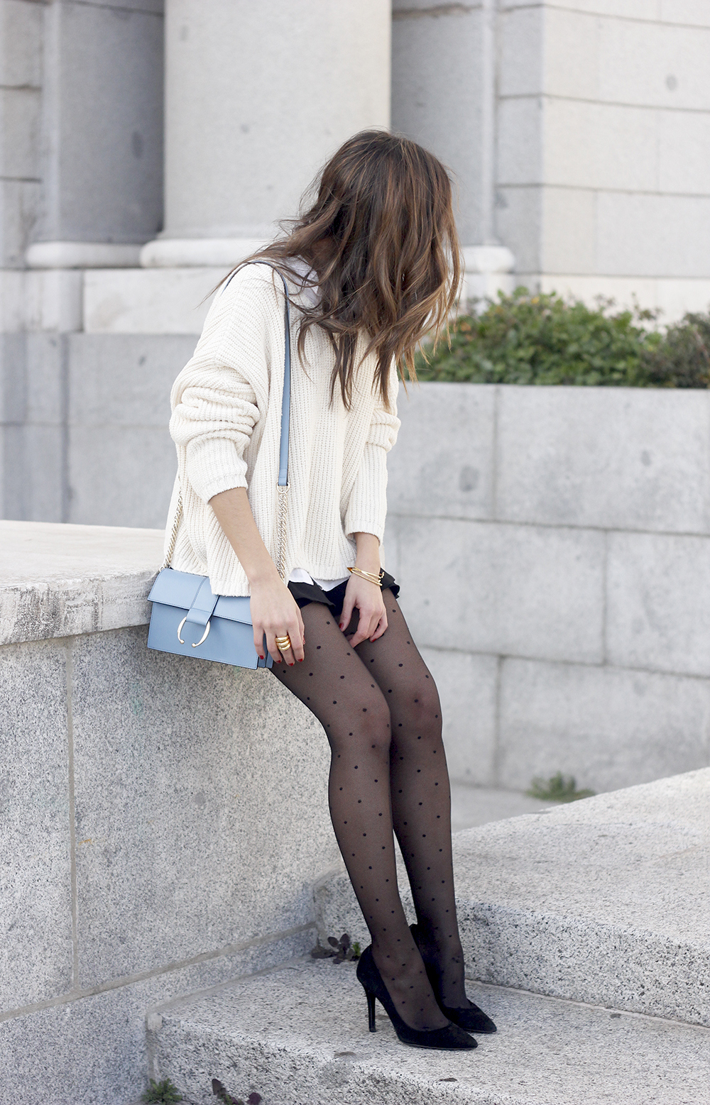 shorts with ruffles white sweater black heels uterqüe bag 01