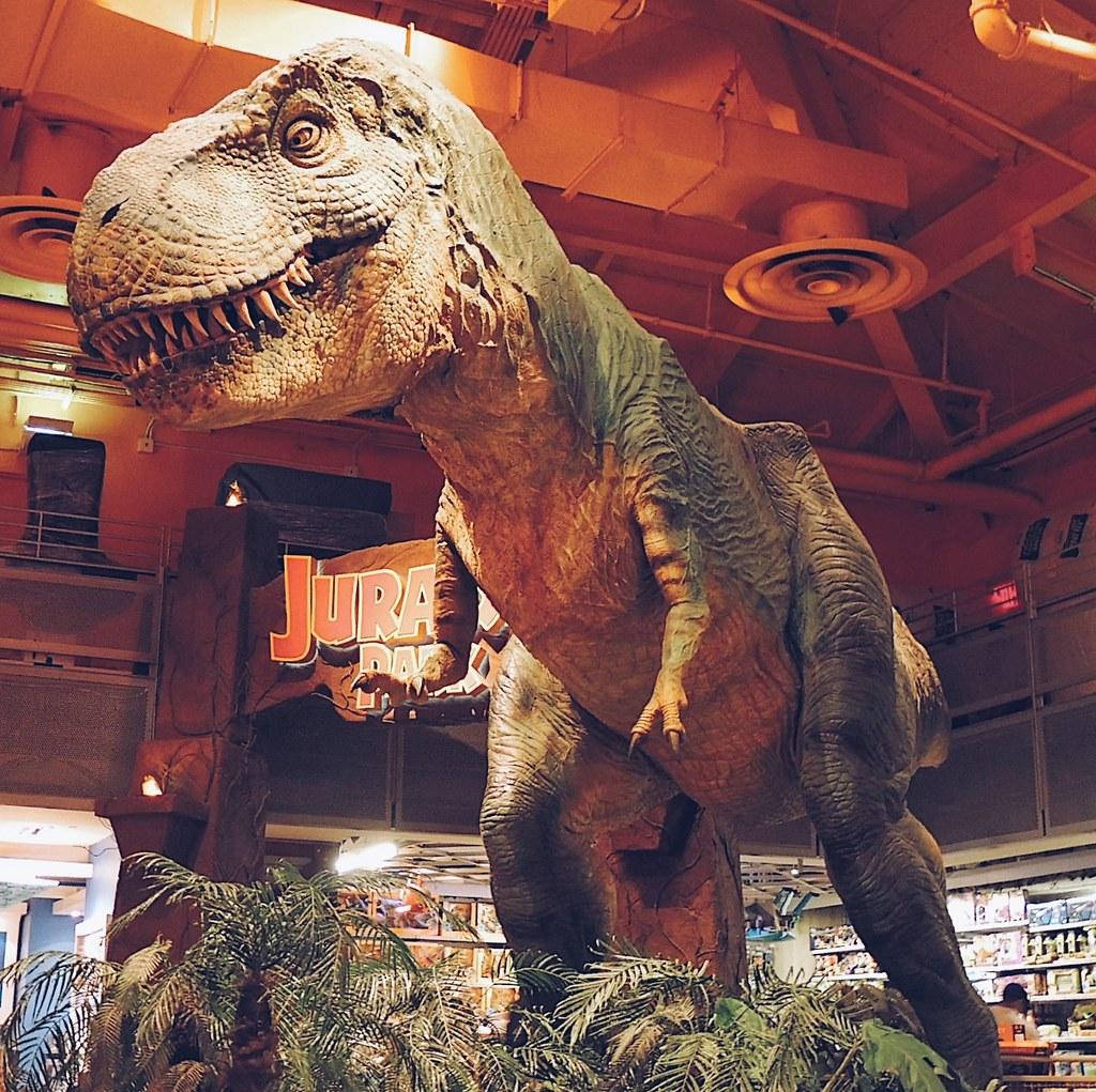 O famoso tiranossauro da Toys R Us. Como é um animatronic, ele se mexia e urrava de verdade (agora que essa loja não existe mais não sei se ele está em outra ou não).
