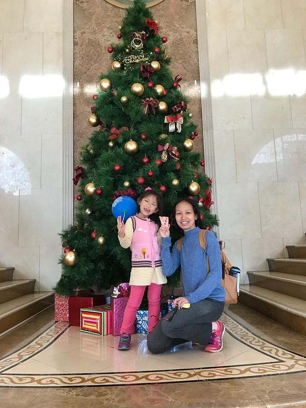 和聖誕樹合照