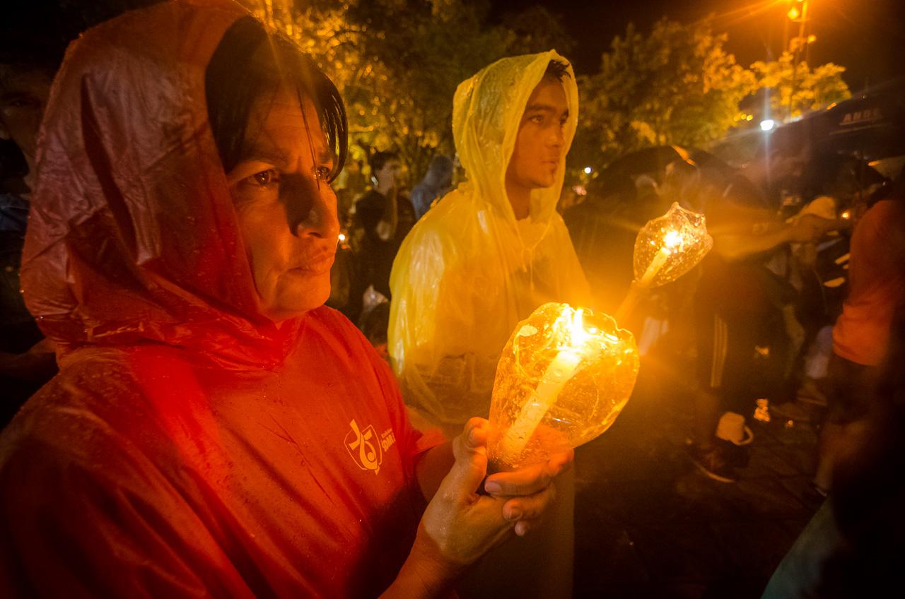 Vendedores ambulantes y creyentes se ingeniaron para protegerse de la lluvia de manera que la vigilia de oración a la Virgen de Caacupé se lleve a cabo naturalmente. (Elton Núñez).