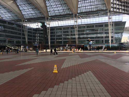 182 - Vor dem Flughafen München