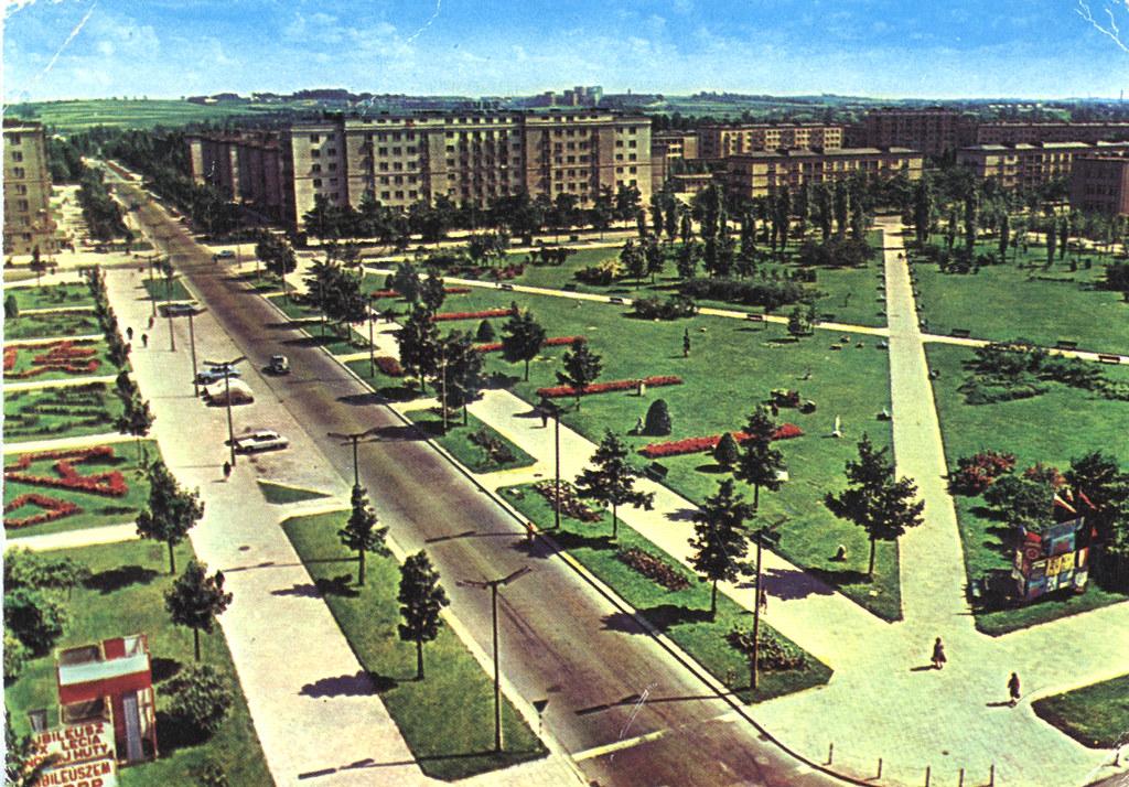 Espaces verts et constructions massives à Nowa Huta sur une carte postale des années 1960/1970.