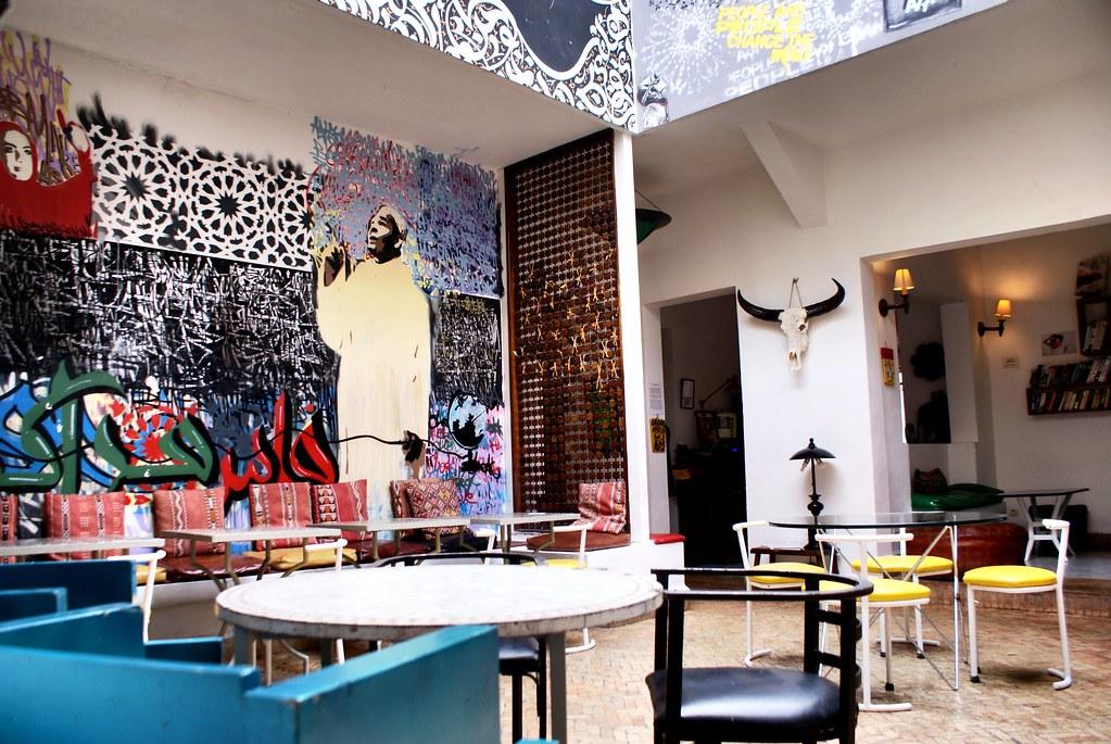 Café Clock à Marrakech : Mélange de déco marocaine de vintage et de street art pour un lieu très chouette.