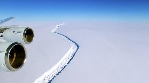 Тріщина у льодовику в Антарктиці збільшується