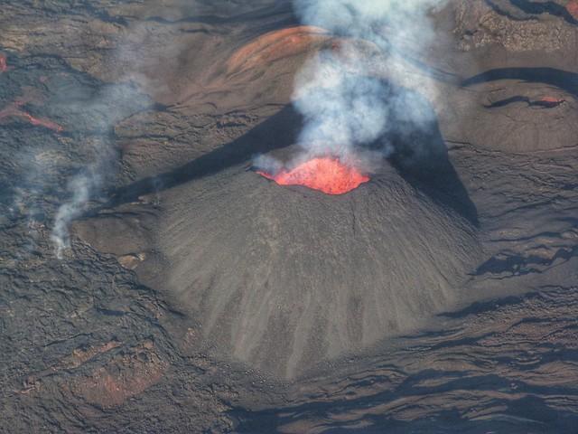 El volcán Le Piton de la Fournaise en erupción (Isla Reunión)