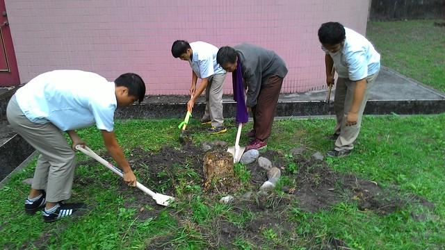 綠色照顧志工陪伴學生一起翻土整地。(相片提供:劉燕霖)