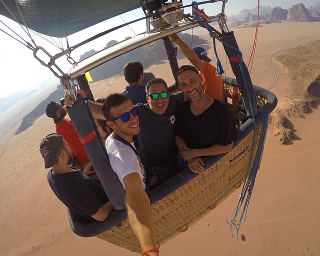 Divisando el valle de Rum desde lo alto del vuelo que contratamos en Jordania en globo