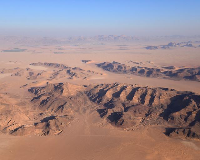 Relieve de montañas de Wadi Rum visto desde el aire
