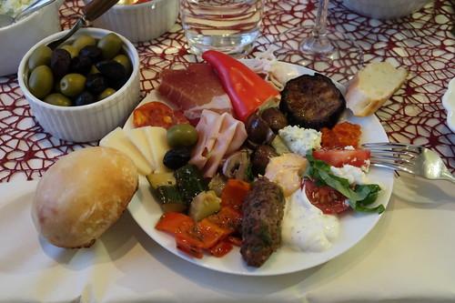 Mediterrane Leckereien (mein erster Teller mit kompletter Auswahl)
