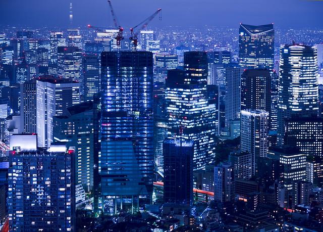 Rascacielos de Tokio en la noche