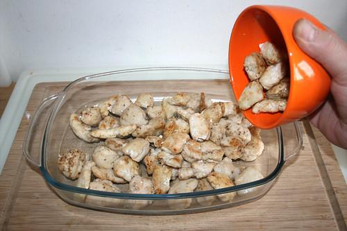 41 - Hähnchenbrustwürfel in Auflaufform geben / Put chicken dices in casserole