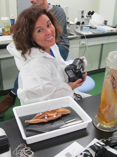Mara, giovane collega brasiliana in tuta da lavoro allo studio di totano in alcool