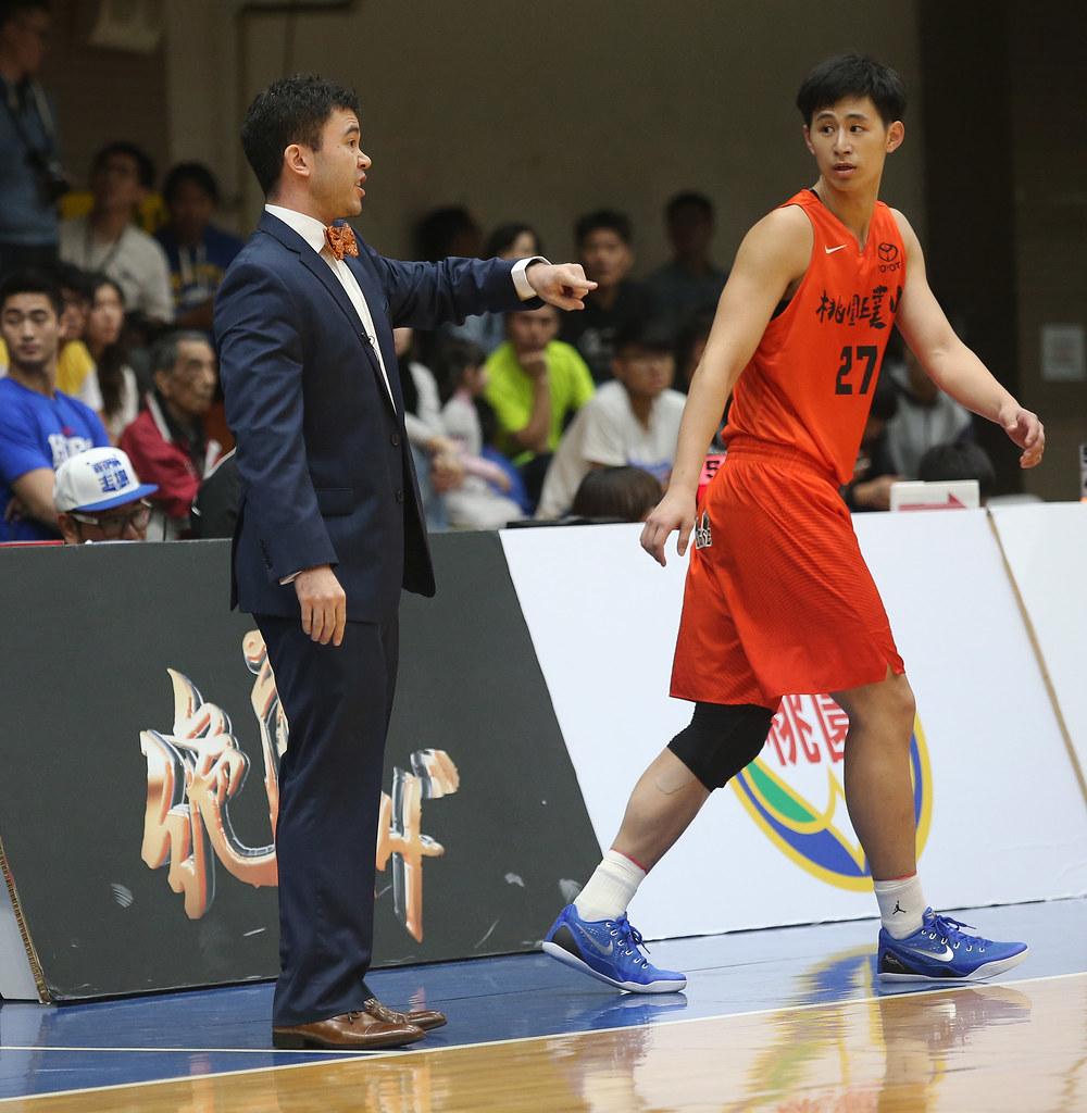 璞園總教練麥班達(右)。(籃協提供)