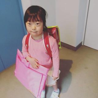 登校! いわゆる越境通学で通学に20分ほどかかりますが、やる気満々で頑張って歩いてます。 教室に入ってちゃんと「おはよー」の挨拶もできました!