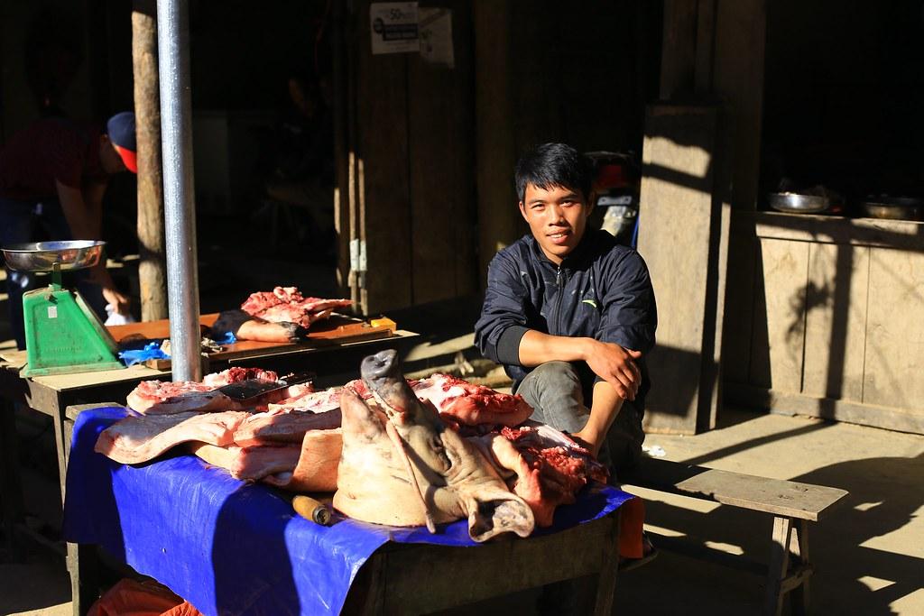 Em bé bán thịt lợn, mình thấy nó giống y thằng Hải Gióng bạn mình