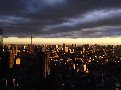 CGみたいな夕方の風景。空がフタしてる。