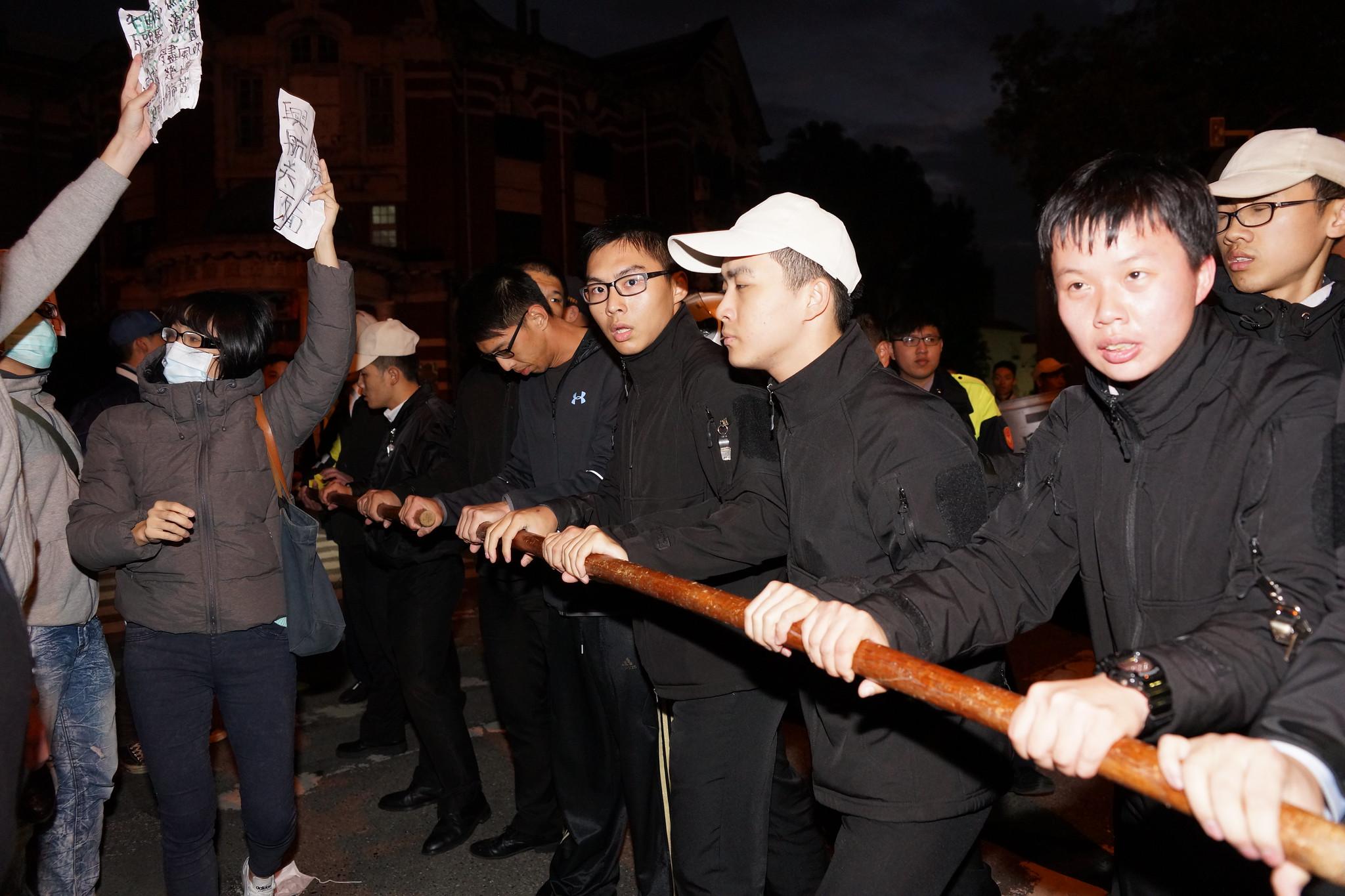 成功排除群眾後,用木棍組成人牆,避免工人再接近官邸。(攝影:王顥中)