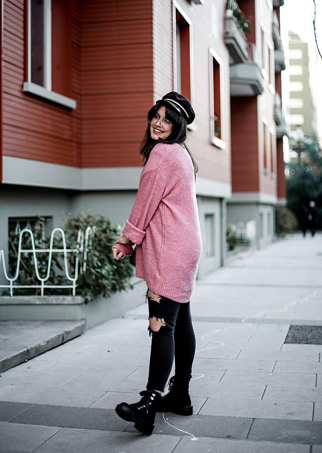 maxi-jersey-rosa-hm-pantalones-rotos-botas-terciopelo-stradivarius-carmen-acosta-streetstyle7