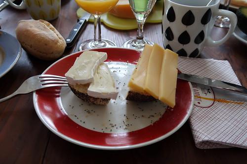 Camembert und Gouda auf Mohnbrötchen