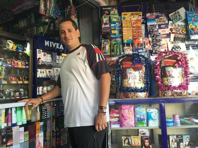 Sele en una droguería de Yangón comprando un billete de autobús