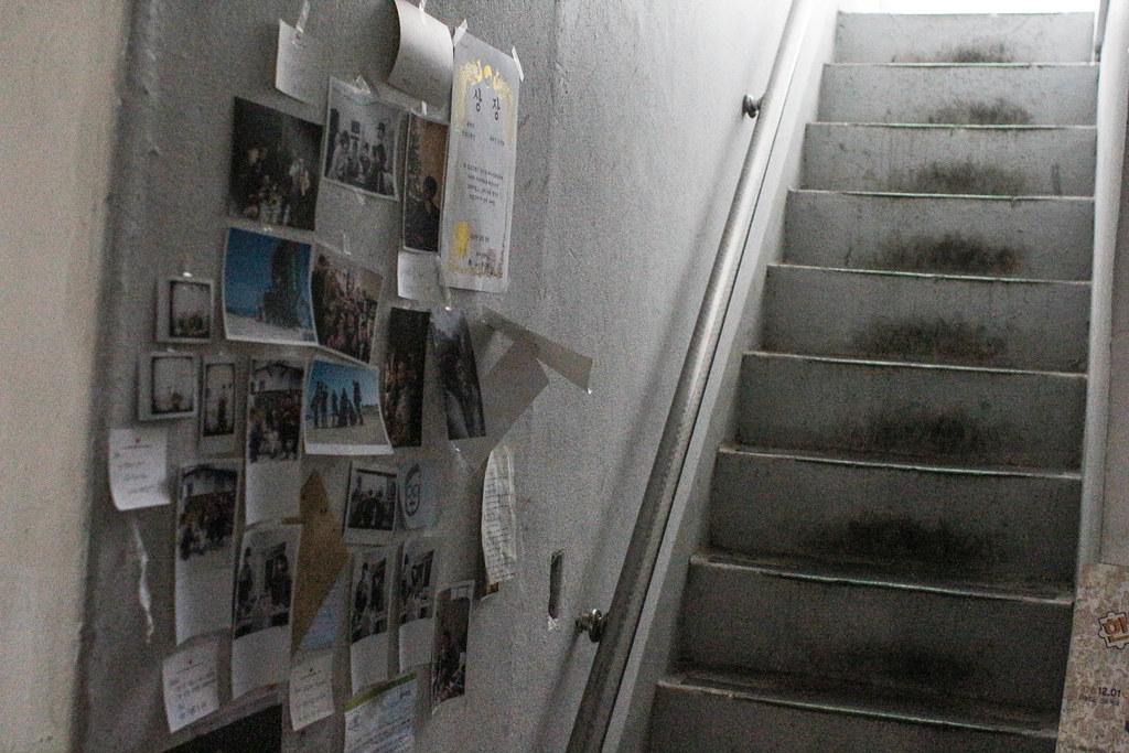 4층으로 올라가는 계단, 공간이 입체적으로 독립적으로 나눠져 있다