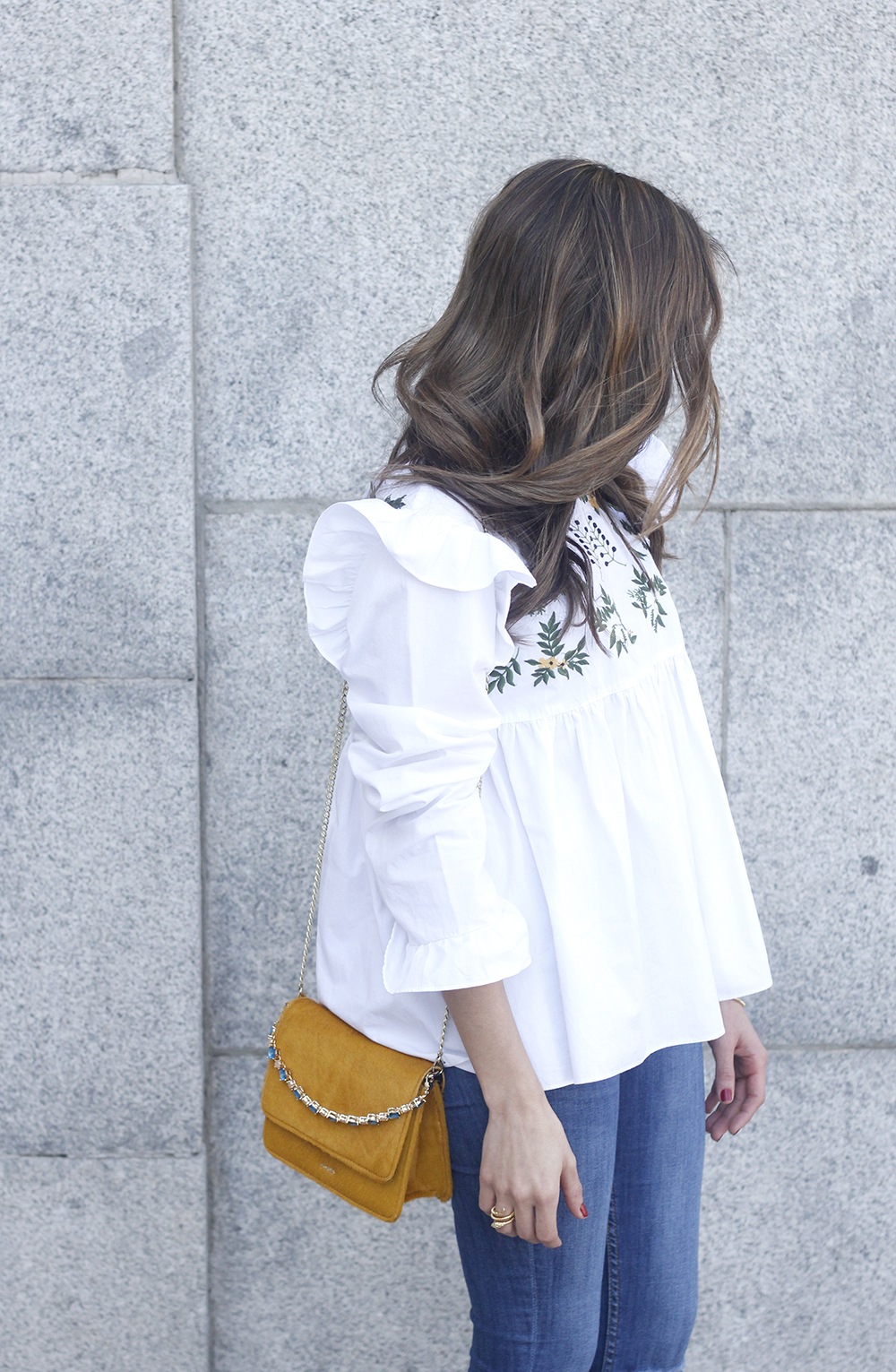 White blouse with ruffles and flower embroidery ripped jeans heels uterqüe bag fashion style outfit11