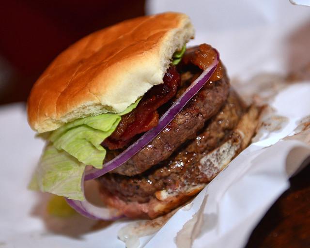 Hamburguesa del restaurante Burger Joint, una de las hamburguesas más ricas de Nueva York