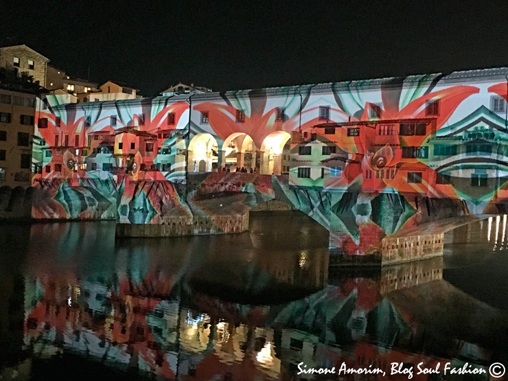 A Ponte Vecchio com o jogo de luzes do Firenze Light Festival especialmente para as festas de final de ano.