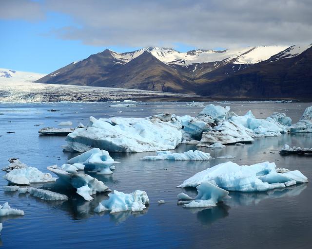 Vistas de los icebergs y el glaciar desde la excursión en barco por Jökulsárlón