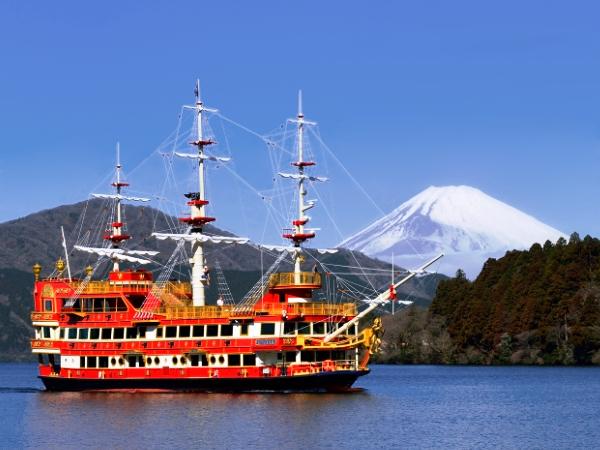 Barco frente al Monte Fuji de Japón en el lago Ashi