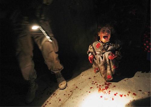 2005年1月,在伊拉克。五歲小女孩Samar的父母開車帶她回家,經過美軍檢查哨時,美國士兵因為擔心他們可能挾帶叛亂份子或自殺炸彈,當著Samar的面射殺了她的父母。(攝影:Chris Hondros /Getty Images)