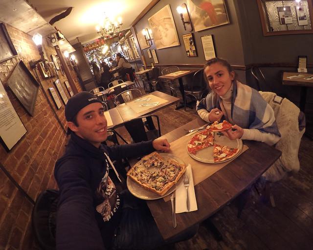 En Rizzo's, posiblemente unas de las mejores pizzerías donde comer en Nueva York