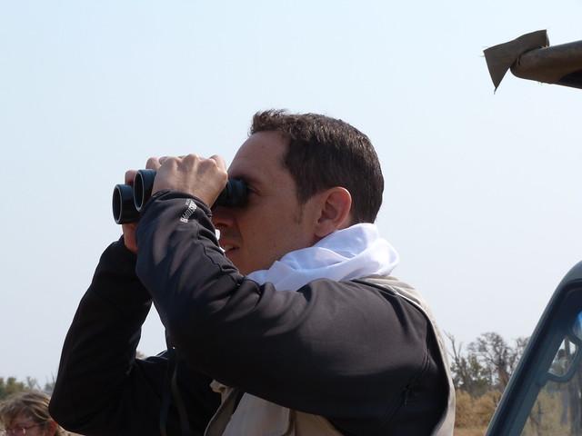 David buscando al leopardo con los prismáticos en Botswana