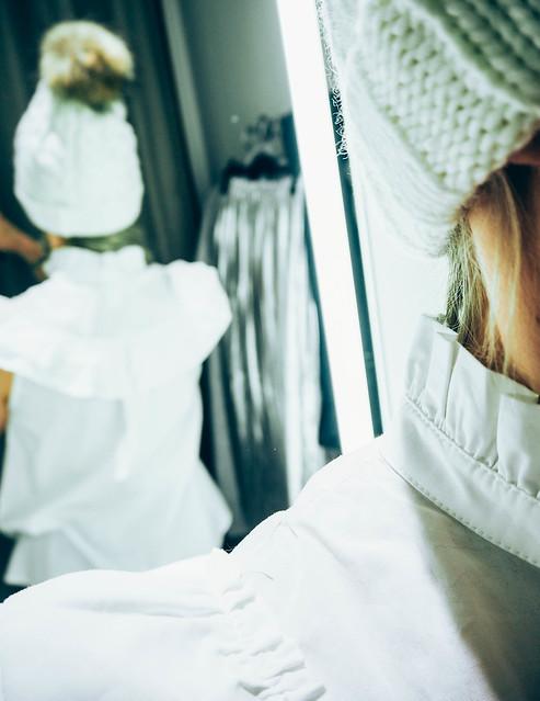 P1060932.jpgWhiteFrillBlouseWhiteBobbleBeanie,OutfitWhiteFrillBlouseWhiteBeanie,P1060916.jpgWhiteFrillBlouse white frill blouse, valkoinen hihaton röyhelöpaita, ostokset, shopping, vaatteet, clothes, muoti, fashion, sleeveless blouse, h&m, brown winter sneakers, ruskeat talvi tennarit, global accessories, stockmann, pipo, beanie, tupsupipo, valkoinen pipo, white beanie,