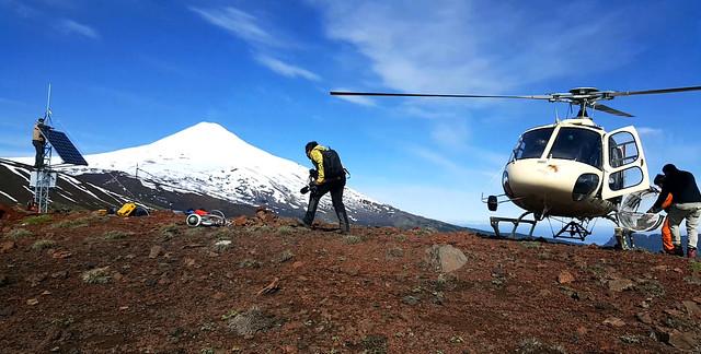 Instalación de estación de vigilancia volcánica en Chile (Sernageomin)