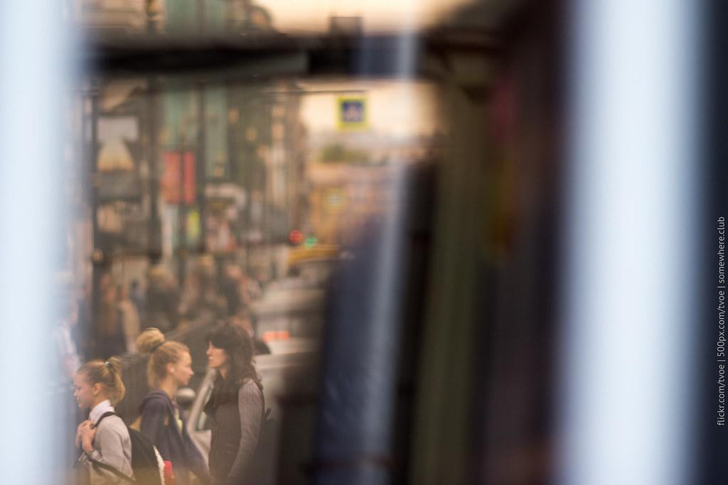 Отражение человека в троллейбусе на Невском проспекте