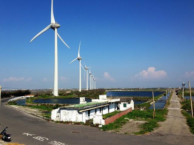 彰化海岸旁的風機、魚塘。攝影:廖靜蕙