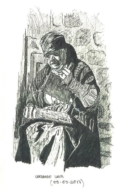 Mujer cardando lana