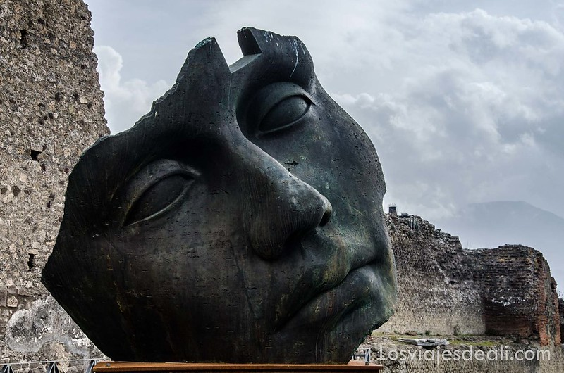 escultura de Igor Mitoraj en la visita a Pompeya